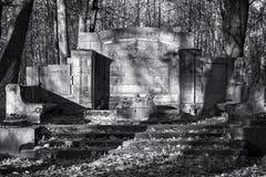 Viejo paisaje blanco y negro abandonado del cementerio Foto de archivo libre de regalías