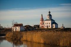 Viejo paisaje ruso de la ciudad con la iglesia Vista del paisaje urbano de Suzdal Imagen de archivo libre de regalías