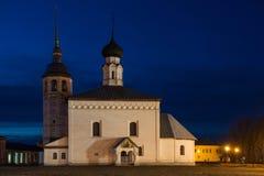 Viejo paisaje ruso de la ciudad con la iglesia Vista del paisaje urbano de Suzdal Fotografía de archivo libre de regalías