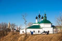 Viejo paisaje ruso de la ciudad con la iglesia Vista del paisaje urbano de Suzdal Foto de archivo libre de regalías