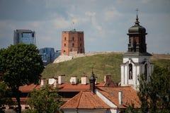 Viejo paisaje urbano de la ciudad de Vilna con el castillo de Gediminas y el offi moderno Fotografía de archivo libre de regalías