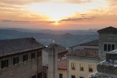 Viejo paisaje urbano del centro de ciudad de San Marino Fotos de archivo