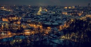 Viejo panorama de la ciudad de Vilna en la noche Imagenes de archivo