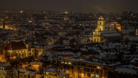 Viejo panorama de la ciudad de Vilna en la noche Foto de archivo