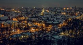 Viejo panorama de la ciudad de Vilna en la noche Foto de archivo libre de regalías