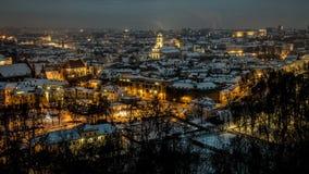 Viejo panorama de la ciudad de Vilna en la noche Fotos de archivo libres de regalías