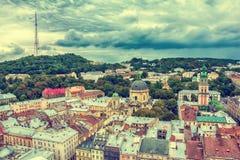 Viejo panorama de la opinión superior de la ciudad de Lviv, Ucrania Imágenes de archivo libres de regalías