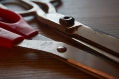 Viejo par de tijeras en fondo de madera gris fotografía de archivo libre de regalías