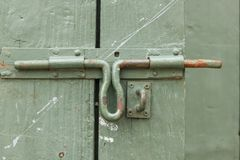Viejo perno del hierro en la puerta de madera verde fotografía de archivo