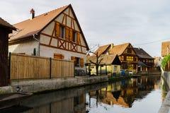 Viejo pero renovado alsacien la casa en pequeño pueblo Imágenes de archivo libres de regalías