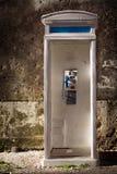 Viejo phonebooth Imagenes de archivo
