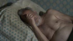 Viejo pobre hombre que duerme en casa almacen de metraje de vídeo