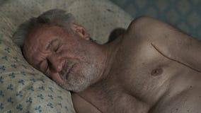 Viejo pobre hombre que duerme en casa metrajes