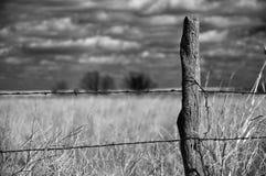 Viejo poste de madera de la cerca Foto de archivo libre de regalías