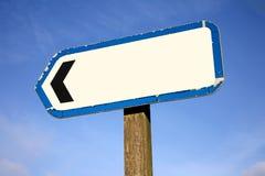 Viejo poste indicador en blanco. Imagen de archivo libre de regalías