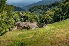 Viejo refugio para los pastores en las montañas de Italia septentrional Imagenes de archivo