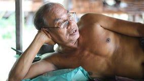 Viejo resto tailandés del hombre en cama de madera almacen de video