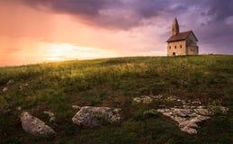 Viejo Roman Church en la puesta del sol en Drazovce, Eslovaquia Fotos de archivo libres de regalías