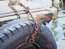 Viejo ruede adentro el embarcadero del río Foto de archivo libre de regalías