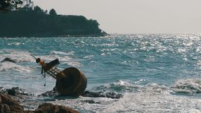 Viejo Rusty Yellow Buoy Lies en la orilla de Rocky Beach tailandia Pattaya asia almacen de video