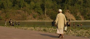 Viejo sacerdote hindú a lo largo del banco del río Fotografía de archivo libre de regalías
