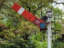 Viejo semáforo del tren en bosque Imagen de archivo