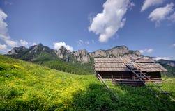 Viejo sheepfold en montañas imagen de archivo
