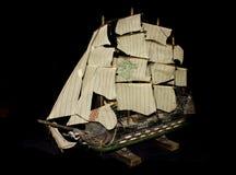 Viejo Ship modelo antiguo en fondo negro Fotos de archivo