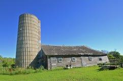 Viejo silo y granero de deterioro abandonado Fotografía de archivo