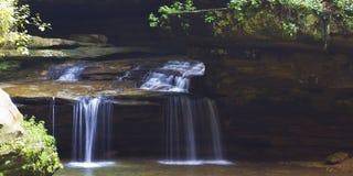 Viejo sirve la cascada del parque de estado de Ohio de la cueva Foto de archivo libre de regalías