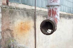 Viejo sistema de ventilación, conducto oxidado en la fachada del edificio imagenes de archivo