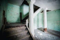 Viejo sitio espeluznante abandonado de la casa señorial Escaleras a la segunda planta Fotografía de archivo