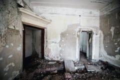 Viejo sitio espeluznante abandonado de la casa señorial Windows cerrado Fotos de archivo