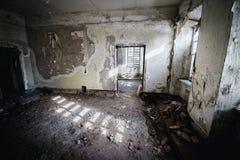 Viejo sitio espeluznante abandonado de la casa señorial Windows cerrado Fotografía de archivo libre de regalías