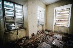 Viejo sitio espeluznante abandonado de la casa señorial Windows cerrado Fotos de archivo libres de regalías