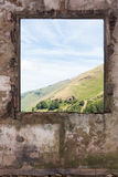 Viejo sitio y una opinión del paisaje a través de la ventana Fotos de archivo