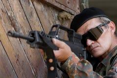 Viejo soldado con un arma imágenes de archivo libres de regalías