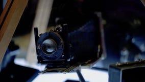 Viejo soporte de la cámara de película en la tabla destacada almacen de metraje de vídeo