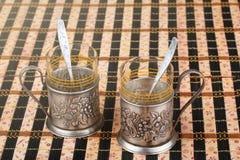 Viejo soporte de vaso del metal dos adornado con un bajorrelieve Foto de archivo libre de regalías