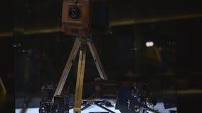 Viejo soporte del aparato del cine en la tabla iluminada almacen de metraje de vídeo