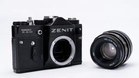 Viejo soviet Zenit TLL cámara de la película de 35 milímetros aislada en blanco Imágenes de archivo libres de regalías