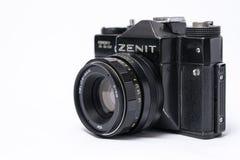 Viejo soviet Zenit TLL cámara de la película de 35 milímetros aislada en blanco con él Fotografía de archivo libre de regalías