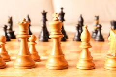 Viejo tablero de ajedrez del viejo ajedrez El concepto de ajedrez Foco selectivo imágenes de archivo libres de regalías