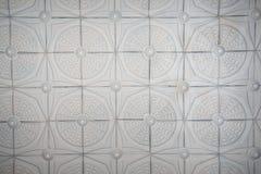 Viejo techo antiguo del yeso con los elementos florales imágenes de archivo libres de regalías
