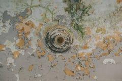 Viejo techo rascado con la pintura agrietada Fotografía de archivo