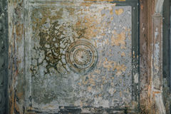 Viejo techo rascado con la pintura agrietada Foto de archivo libre de regalías