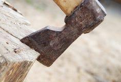 Viejo tipo de hacha en la madera Foto de archivo libre de regalías