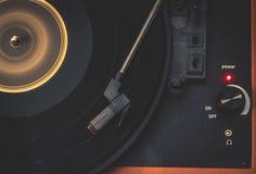 Viejo tocadiscos que hace girar un expediente imágenes de archivo libres de regalías