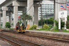 Viejo trabajo del coche de la inspección del ferrocarril sobre pista Foto de archivo libre de regalías