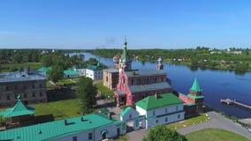 Viejo vídeo de la antena del monasterio de Ladoga San Nicolás Staraya Ladoga, Rusia almacen de video